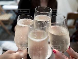 4人の女性がシャンパンで乾杯するの写真・画像素材[3627536]