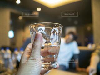 スナックで水割りを飲みながら夜遊びを楽しむ飲み会の写真・画像素材[3627538]