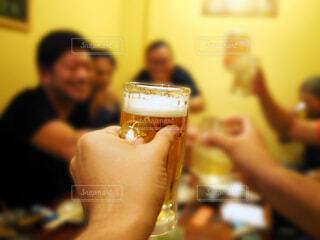 大勢の仲間と飲み会でビールジョッキで乾杯の写真・画像素材[3627539]