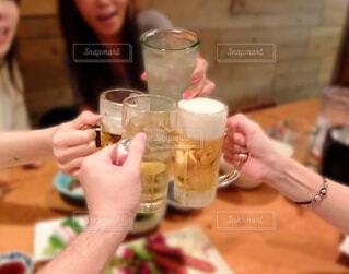 飲み会で水割りのグラスを持った女性とビールで乾杯の写真・画像素材[3627541]
