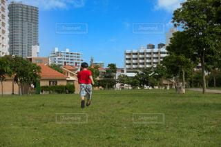 快晴の青空と公園を走る子供の写真・画像素材[3639425]