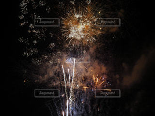 夏の夜空を照らす打ち上げ花火の写真・画像素材[3639426]