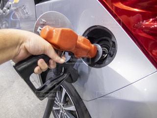 ガソリンスタンドで車に燃料を入れるの写真・画像素材[3639437]