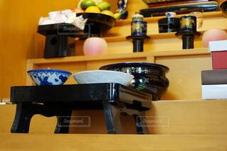お仏壇にお食事をお供えする。の写真・画像素材[3827912]