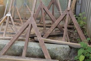 片付けられたグラウンド整備用のトンボの写真・画像素材[3827917]