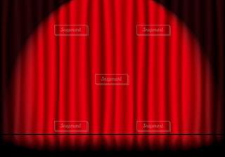 スポットライトが当たってる赤いステージカーテンと反射している舞台の床の写真・画像素材[3990013]