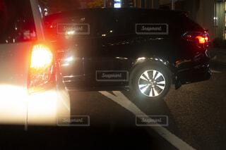 渋滞中に無理な割り込みをする車の写真・画像素材[4074471]