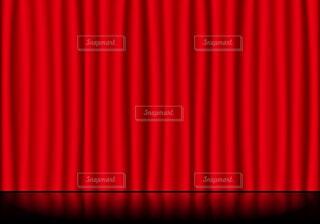 赤いステージカーテンと反射している舞台の床の写真・画像素材[4116844]