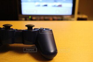 テーブルに置かれたテレビゲームのコントローラーの写真・画像素材[4455530]