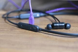 USB充電しているワイヤレスイヤホンの写真・画像素材[4758963]