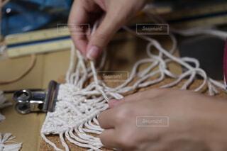 マクラメ編みで紐を結んでいる手の写真・画像素材[4796900]