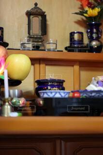 お供物と線香が立ってるお仏壇の写真・画像素材[4808725]