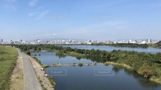橋の上から河川敷を眺むの写真・画像素材[2556533]
