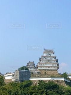 青空にそびえる姫路城の写真・画像素材[2681436]