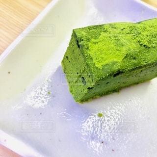 皿の上の抹茶ケーキの写真・画像素材[2681456]
