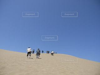 砂丘を歩く人々の写真・画像素材[2403120]