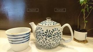 コーヒー1杯とテーブルの上の花瓶の写真・画像素材[2419478]