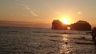 円月島の夕日の写真・画像素材[2482188]