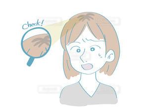 プリン髪に気がつく女性の写真・画像素材[2489553]