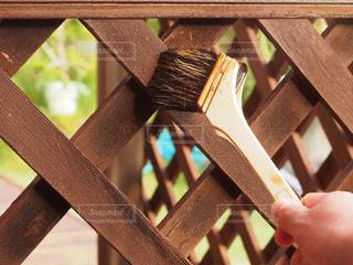 木製のフェンスを塗るの写真・画像素材[2506039]
