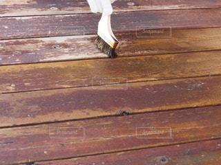 木製のウッドデッキを塗装の写真・画像素材[2506046]