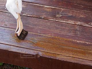 木製のウッドデッキを塗装の写真・画像素材[2506047]