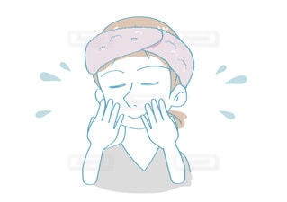 洗顔をする女性の写真・画像素材[2637998]