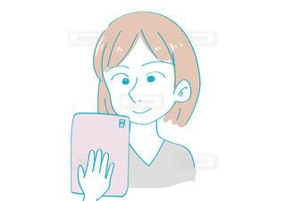 タブレットを見る女性 縦の写真・画像素材[3505227]