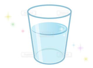 コップ一杯のお水 キラキラ 綺麗なイメージの写真・画像素材[3579609]