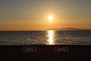 水の体の上の夕日の写真・画像素材[2407056]