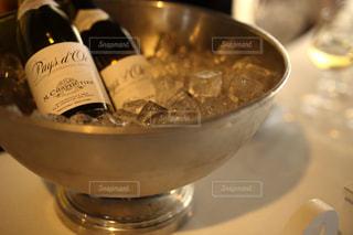 冷えたワインの写真・画像素材[2425652]
