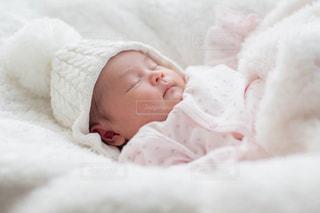 ベッドに横たわる赤ん坊の写真・画像素材[2434829]
