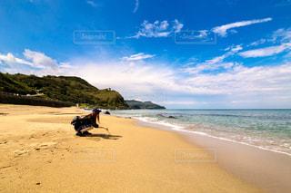砂浜にしゃがむ女性の写真・画像素材[2436697]