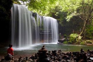 鍋ヶ滝と見上げる子供の写真・画像素材[2437593]