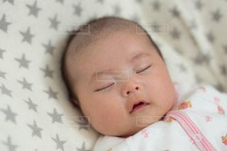 眠っている赤ちゃんの写真・画像素材[2438102]