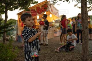 りんご飴を持つ少年の写真・画像素材[2445694]