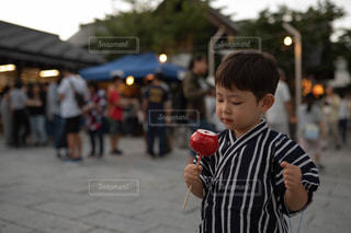 りんご飴を見つめる子供の写真・画像素材[2445695]