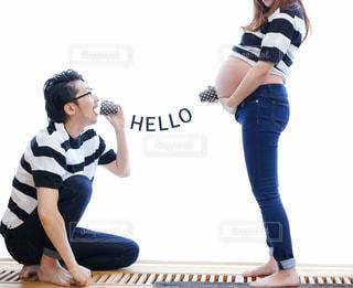 お腹の赤ちゃと糸電話で話す夫の写真・画像素材[2448207]