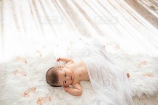 横になった赤ちゃんの写真・画像素材[2453589]