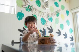 バースデーケーキに喜ぶ子どもの写真・画像素材[2454828]