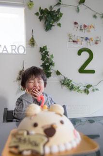 ケーキが嬉しくて笑顔が溢れる子供の写真・画像素材[2454834]