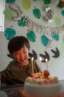 キャンドルに喜ぶ子どもの写真・画像素材[2454870]