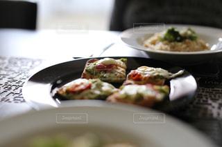皿の上の食べ物のボウルの写真・画像素材[2692723]