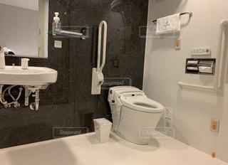 多機能トイレ(ユニバーサルデザイントイレ)の写真・画像素材[3334614]