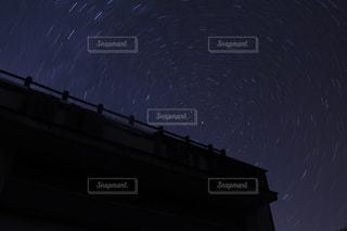 夜を見上げる空の眺めの写真・画像素材[2403436]