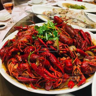 テーブルの上の食べ物の皿の写真・画像素材[2404204]