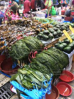 農産物市場に座っている人々のグループの写真・画像素材[2404506]
