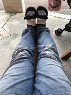 ベンチの上で足をのばすの写真・画像素材[2471083]