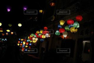 夜間に信号が点灯するの写真・画像素材[2406705]