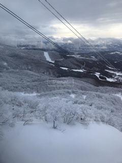 雪に覆われた山の写真・画像素材[2405000]